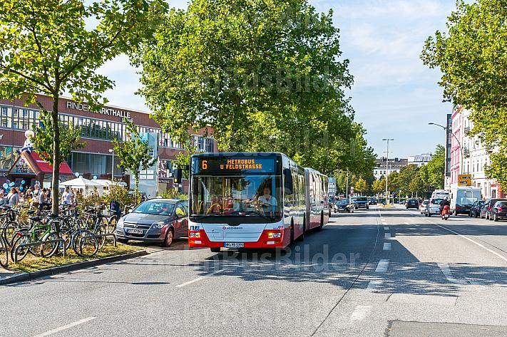 Metrobus der Linie M6 in der Feldstraße in Hamburg