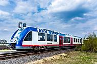 Ein LINT-Triebwagen der AKN auf der Linie A1 an der Haltestelle Ulzburg-Süd in Schleswig-Holstein