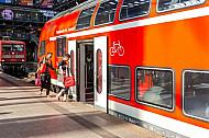 Menschen steigen am Hamburger Hauptbahnhof in einen Regionalzug