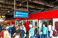 Menschen steigen am Hamburger Hauptbahnhof aus einem Regionalexpress nach Lübeck
