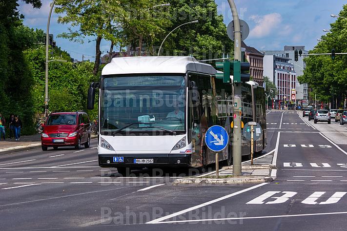 Busbeschleunigung: Metrobus der Linie M5 auf Buspur am Dammtor in Hamburg